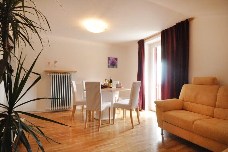 http://melaniesguesthouse.it/wp-content/uploads/melanies-guesthouse-caldaro-sala-da-pranzo.jpg