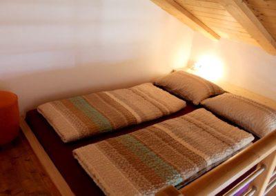 Melanies Guesthouse Kaltern Doppelbett im Hochbereich