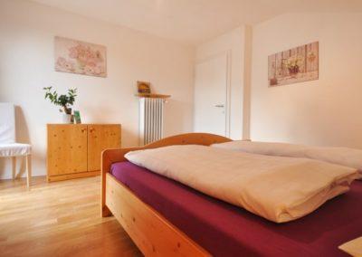 Melanies Guesthouse großes Schlafzimmer mit Doppelbett Kaltern Südtirol